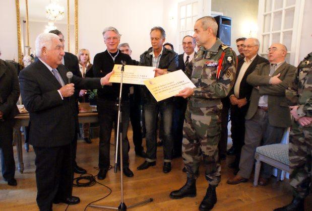 le maire André Trigano n'a pas tari d'éloges à l'égard des militaires du 1er RCP 2012_052