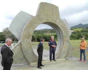 Monument Syromiatnikov à la Réunion Droppe10