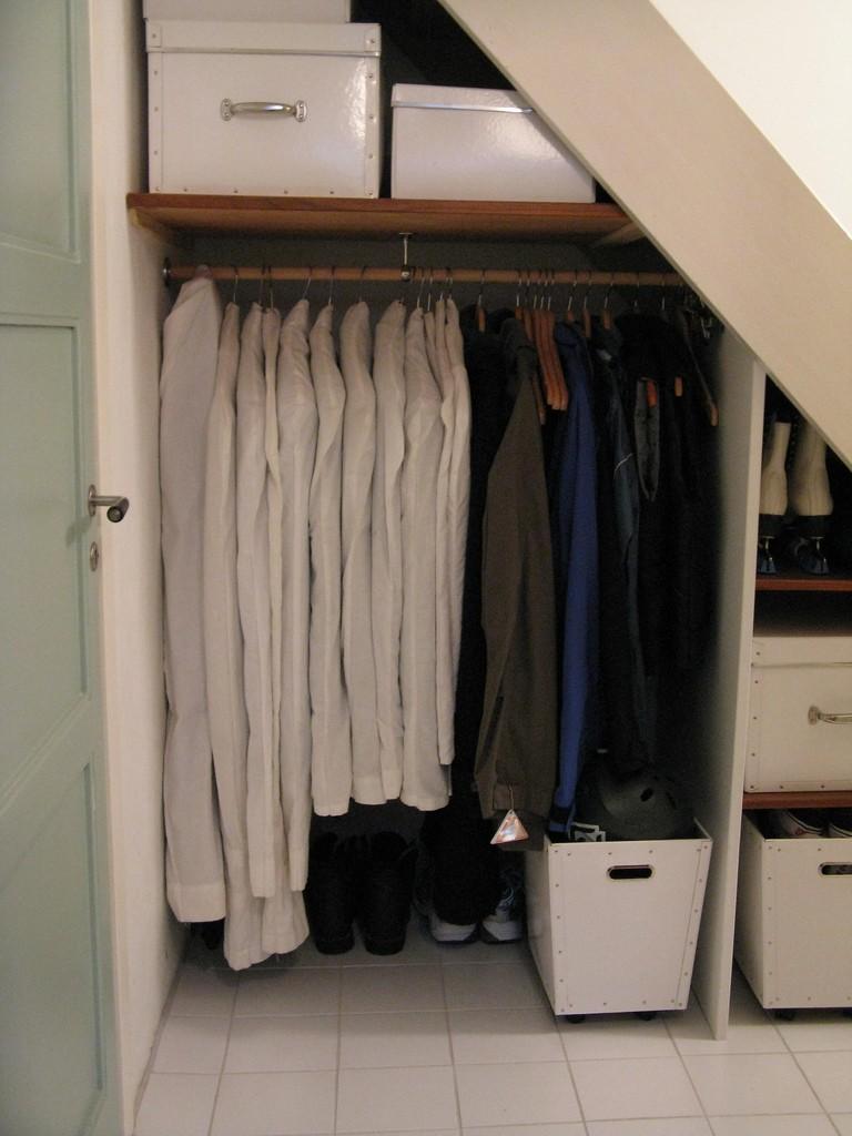 Comment organiser placard sous escalier en profondeur? 21281610