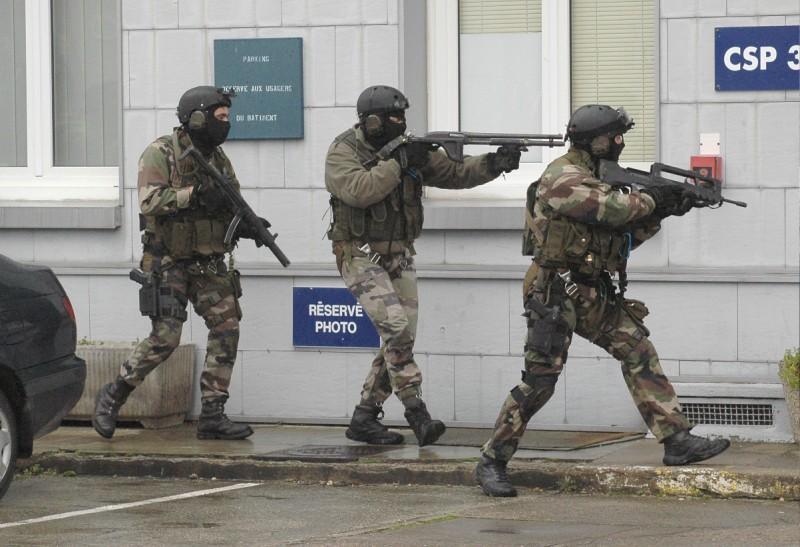 quand sarkosy fait fabriquer les rangers de l'armée française en tunisie Armee_11