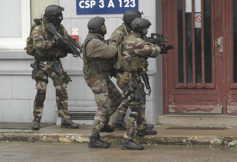 quand sarkosy fait fabriquer les rangers de l'armée française en tunisie Armee_12