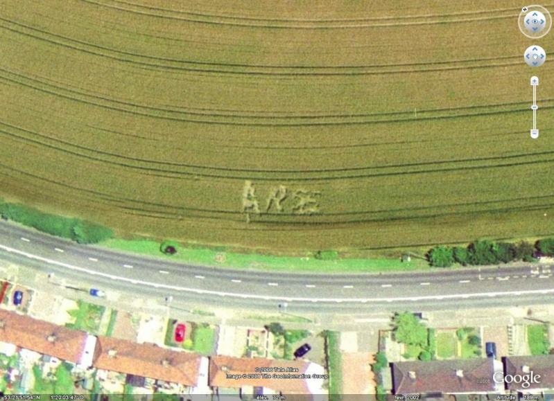 "Lettres ""ARSE"" tracées dans un champs, Aughton - Angleterre Arse10"