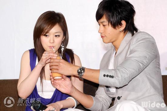 2 May '08 Nara launched CD; Peter gave a hug 08_05_10