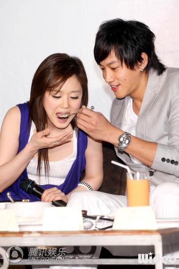 2 May '08 Nara launched CD; Peter gave a hug 08_05_13