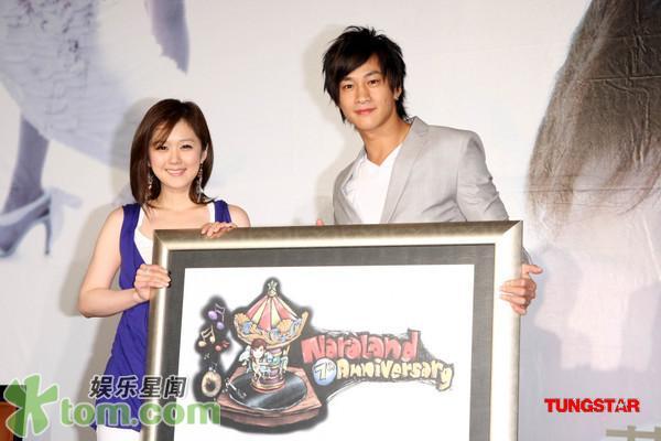 2 May '08 Nara launched CD; Peter gave a hug 08_05_15