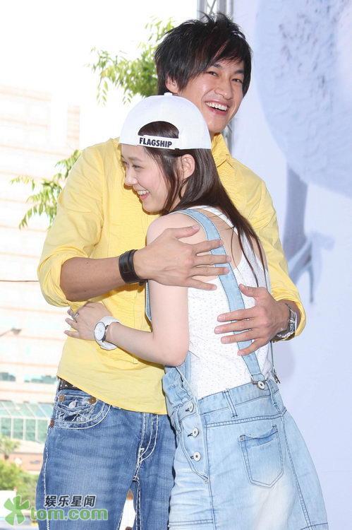 2 May '08 Nara launched CD; Peter gave a hug 08_05_20