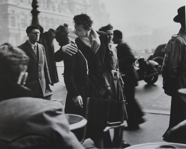 """STREET VIEW : embrassez-vous ... vous êtes photographiés ! (Répliques de la photo """"Le baiser de l'Hôtel de Ville"""" de Robert Doisneau) 7b1doi10"""