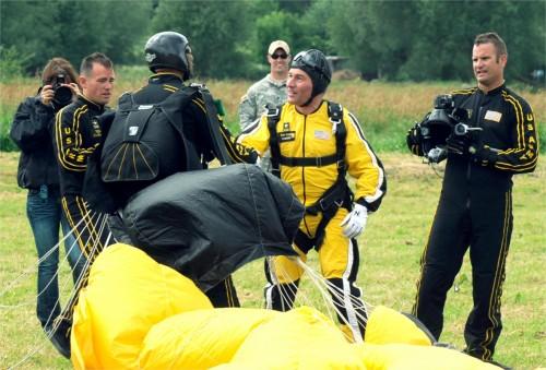 Les parachutistes du Pathfinder group sautent sur Sannerville 40729910