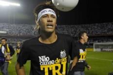 """Neymar comemora título paulista com faixa """"100% Jesus""""  Neymar10"""