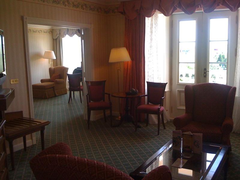 Vos PHOTOS des SUITES (Castle Club, Empire State Club,...) dans les hôtels de DLRP - Page 7 Photo_10