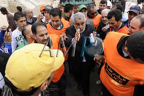 هكذا هرب رجال الأمن رئيس الحكومة من المتظاهرين . Benker10