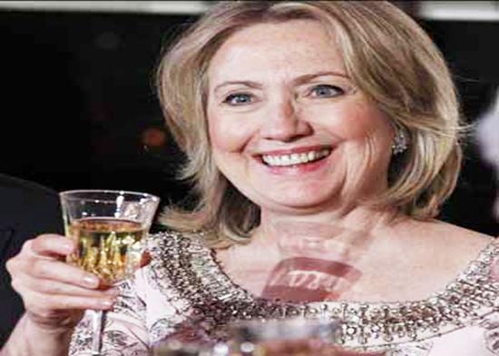 الصحافة تطارد هيلاري كلينتون وهي ترقص وتحتسي الخمر في حانة+فيديو  Hela11