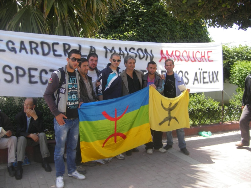 Rassemblement devant le siège de la wilaya de Bgayet pour exiger la préservation de la maison de Jean Amrouche menacée  de démolition. Imgp5319