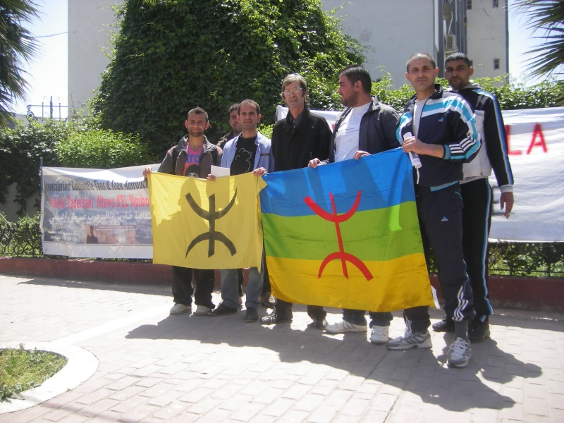 Rassemblement devant le siège de la wilaya de Bgayet pour exiger la préservation de la maison de Jean Amrouche menacée  de démolition. Imgp5321