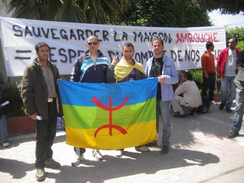 Rassemblement devant le siège de la wilaya de Bgayet pour exiger la préservation de la maison de Jean Amrouche menacée  de démolition. Imgp5330