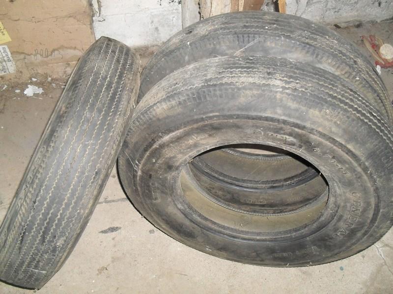 Divers pneus diagonaux d'époque. 111