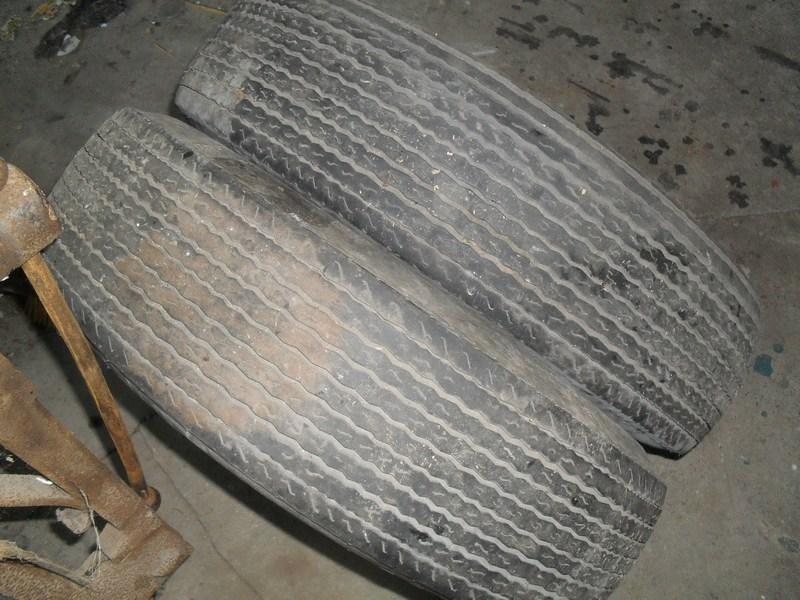 Divers pneus diagonaux d'époque. 1110