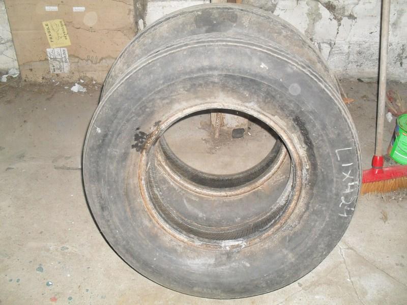 Divers pneus diagonaux d'époque. 1210