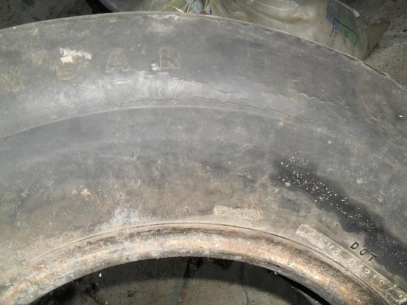 Divers pneus diagonaux d'époque. 1310
