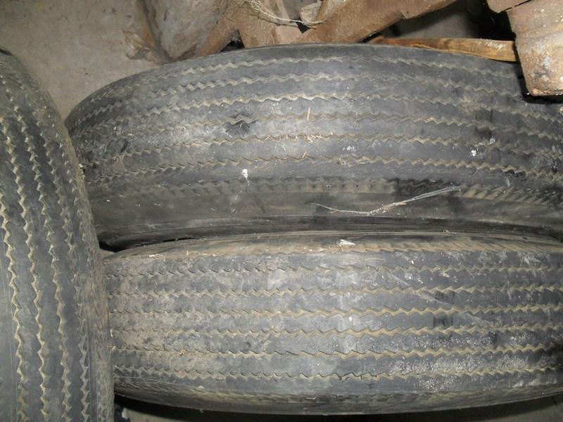 Divers pneus diagonaux d'époque. 211
