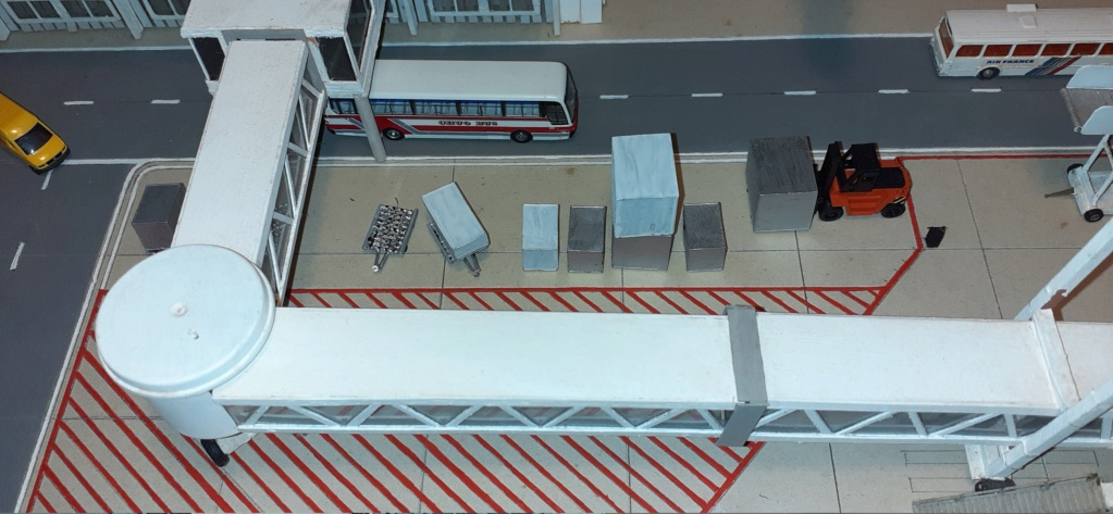 Réalisation de la maquette 1/144 d' un aéroport international (scratch) - Page 19 20200982