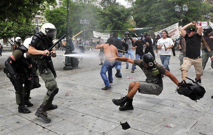 Griechenland nahe am Krieg.... 27040810