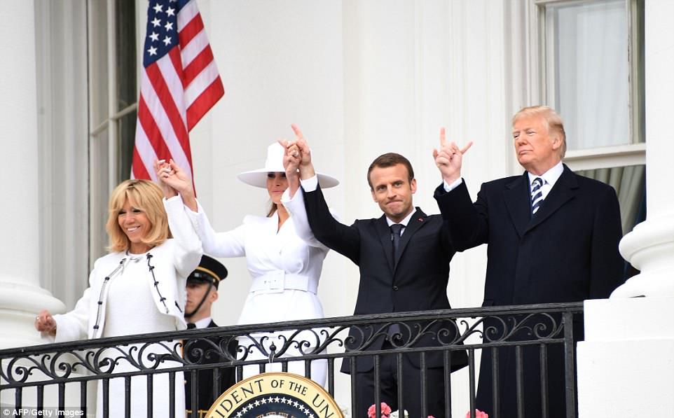 Emmanuel Macron et le Prince Harry font très nettement le Signe du Cornu ! 6_macr10