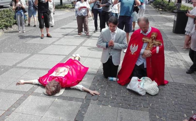 Des Catholiques polonais arrêtent des militants gay à Czestochowa ! Blocki10