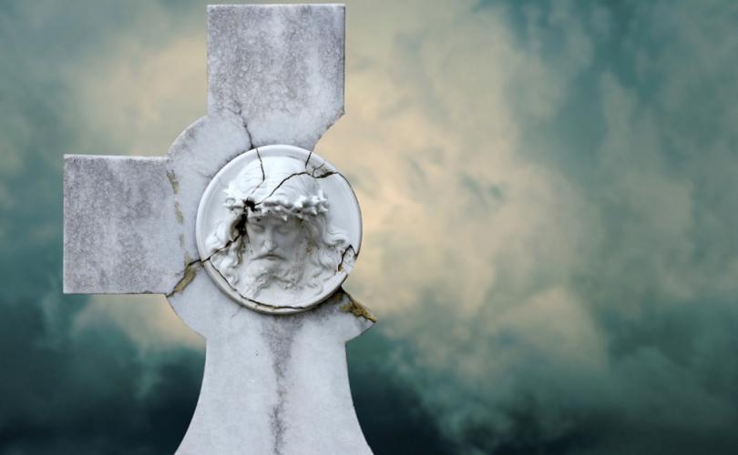 Les musulmans détruisent des Croix Chrétiennes dans le monde entier et personne ne les rapporte ! Broken10