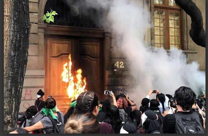 Des féministes pro-avortement tentent d'incendier la cathédrale de Mexico - VOIR LA VIDÉO ! Mexiqu10