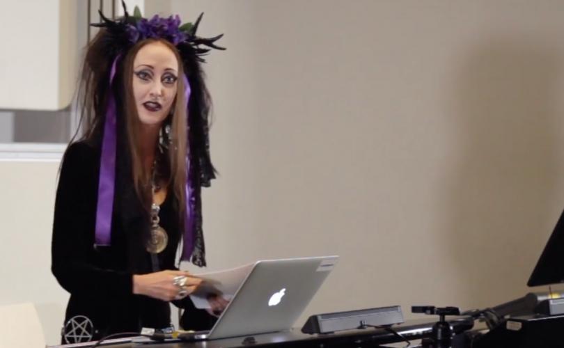 Une prof féministe qui pratique l'occultisme en appelle à l'extinction humaine pour sauver la planèt Patric10