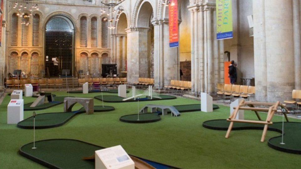 CHRONIQUE DE LA DÉCADENCE 11: Pour attirer plus de visiteurs, une cathédrale se munit d'un mini-putt Roches10