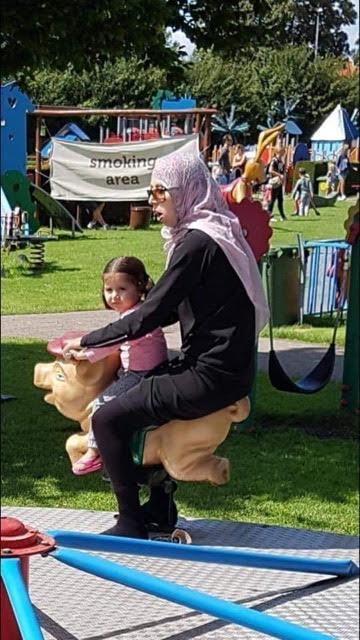 PHOTO RARE ET RIGOLOTE : Une musulmane monte un cochon ! Unname30