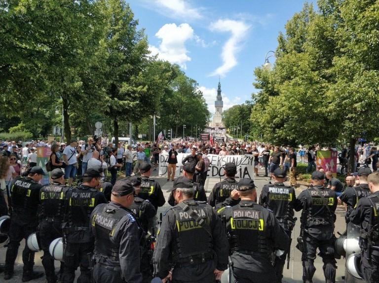 Des Catholiques polonais arrêtent des militants gay à Czestochowa ! Uop3sa10