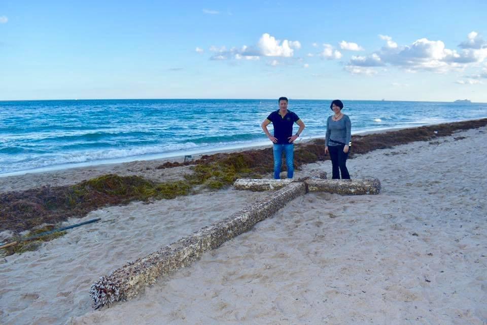 Une mystérieuse Croix de bois sur une plage de Floride  Web-cr12