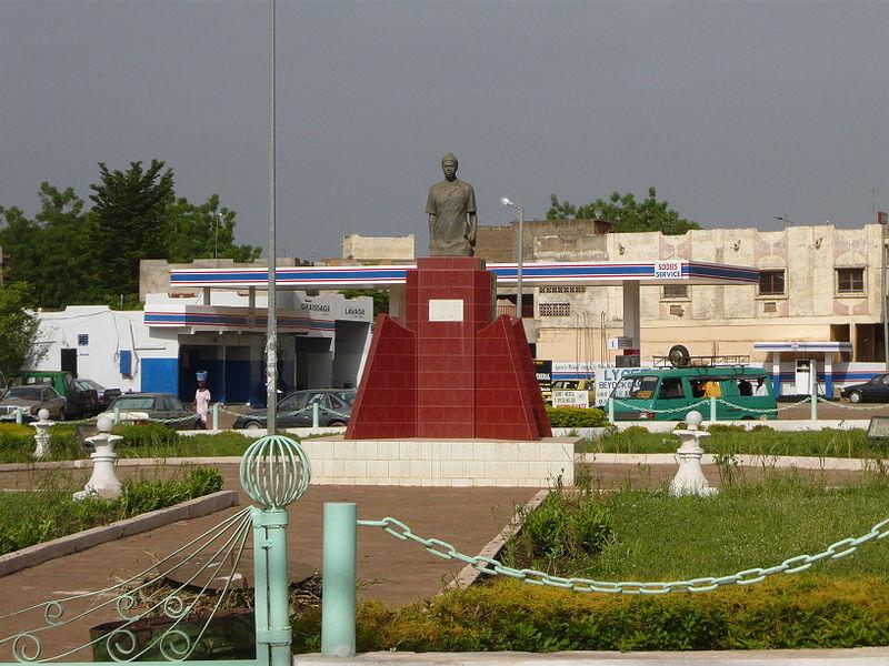 [MALI] - Les monuments sur les ronds-points de Bamako - Page 2 U2-cam11