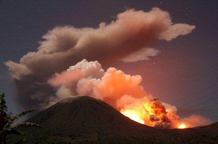 Monte Lokon volcán (Sulawesi, Indonesia) estalla de nuevo : impresionantes fotos erupción Lokon-11