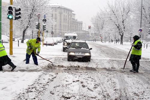 Distribuzione del sale nelle strade per la neve....utile o no? Spalat10
