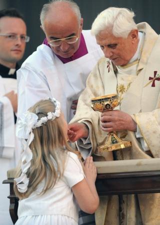 La responsabilité du prêtre dans la distribution de l'Eucharistie Benoat12