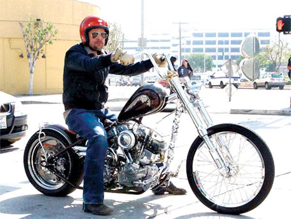 Ils ont posé avec une Harley - Page 2 Bp10