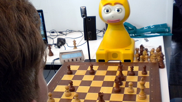 Video: Owl-Cat robot playing chess (CEBIT Hannover 2012) 12030910