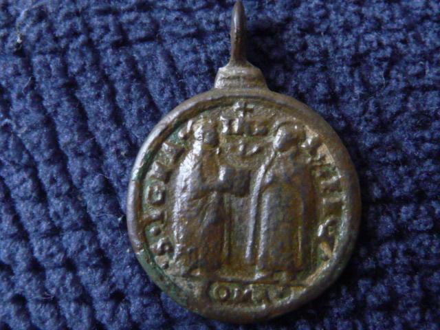Belle petite médaille représentant les 5 saints canonisés en 1622 par le pape Grégoire XV : Ignace de Loyola, François Xavier, Thérèse d'Avila, Philippe Néri et Isidore le Laboureur  - XVIIème 02_110