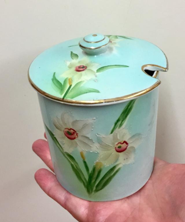 Vintage jam jar with daffodils  50661d10