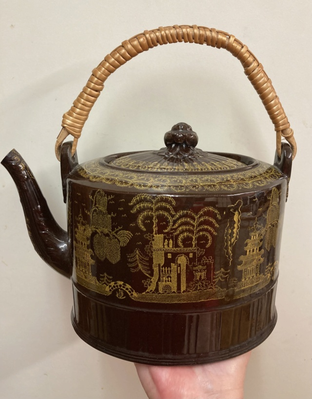 Brown chinoiserie teapot with cane handle  Fa4e3810