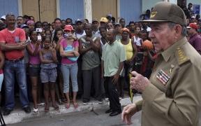 Raúl Castro dice a los santiagueros que no se va 'hasta que vuelva la luz' Rcastr10