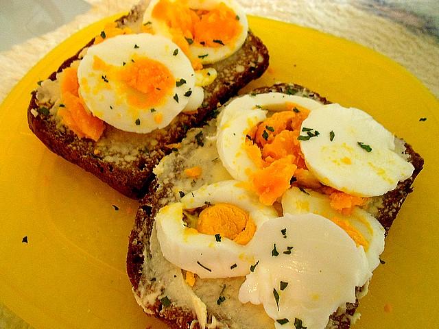 Chléb s vajíčkem a pažitkou Dscn2610