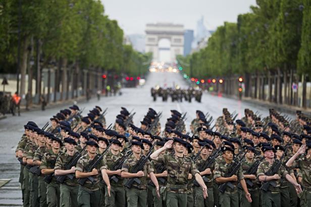 Défilé du 14 juillet: Derniers réglages sur les Champs-Elysées avant le jour J 2012_013