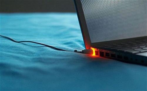 Cắm sạc laptop khi pin đã đầy có hại không? 13541811