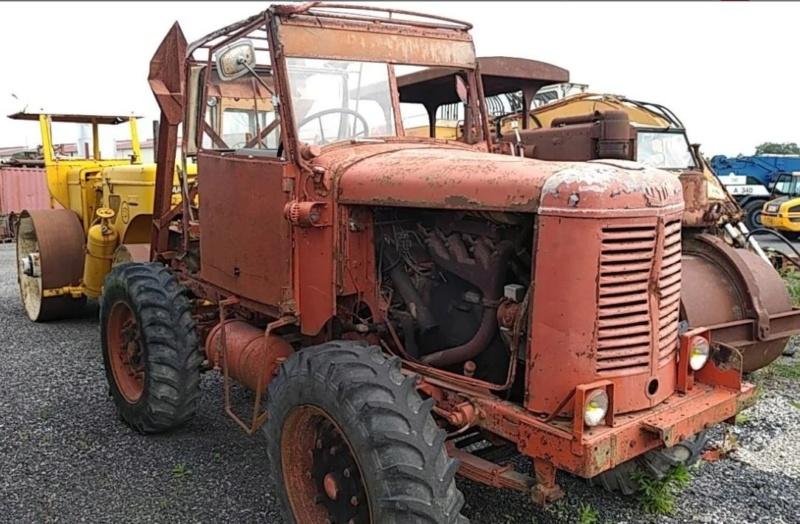 Vente aux enchères dans la Manche :voitures de collection, tracteurs anciens, engins agricoles et TP 1_1727