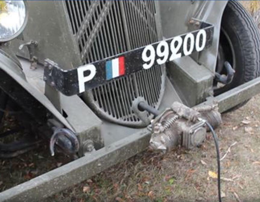 un gonfleur monté à la place de la manivelle sur CITROËN U23 5460